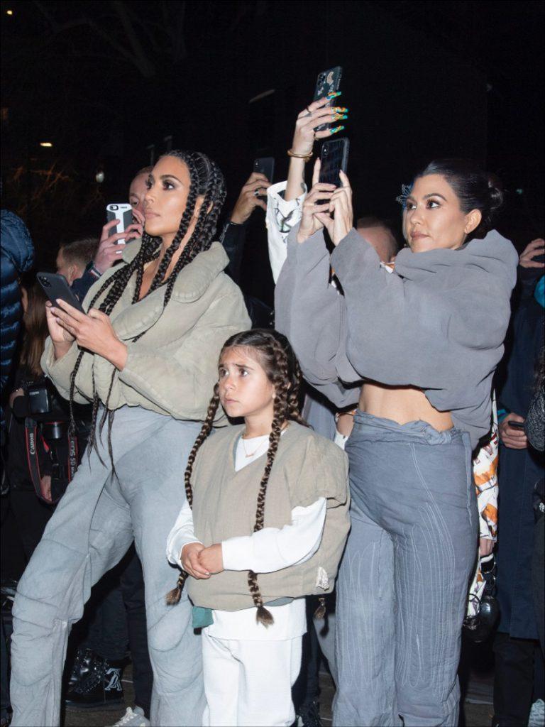 Kim Kardashian, Penelope Disick y Kourtney Kardashian con los celulares apuntando al show de rap de la pequeña North West.