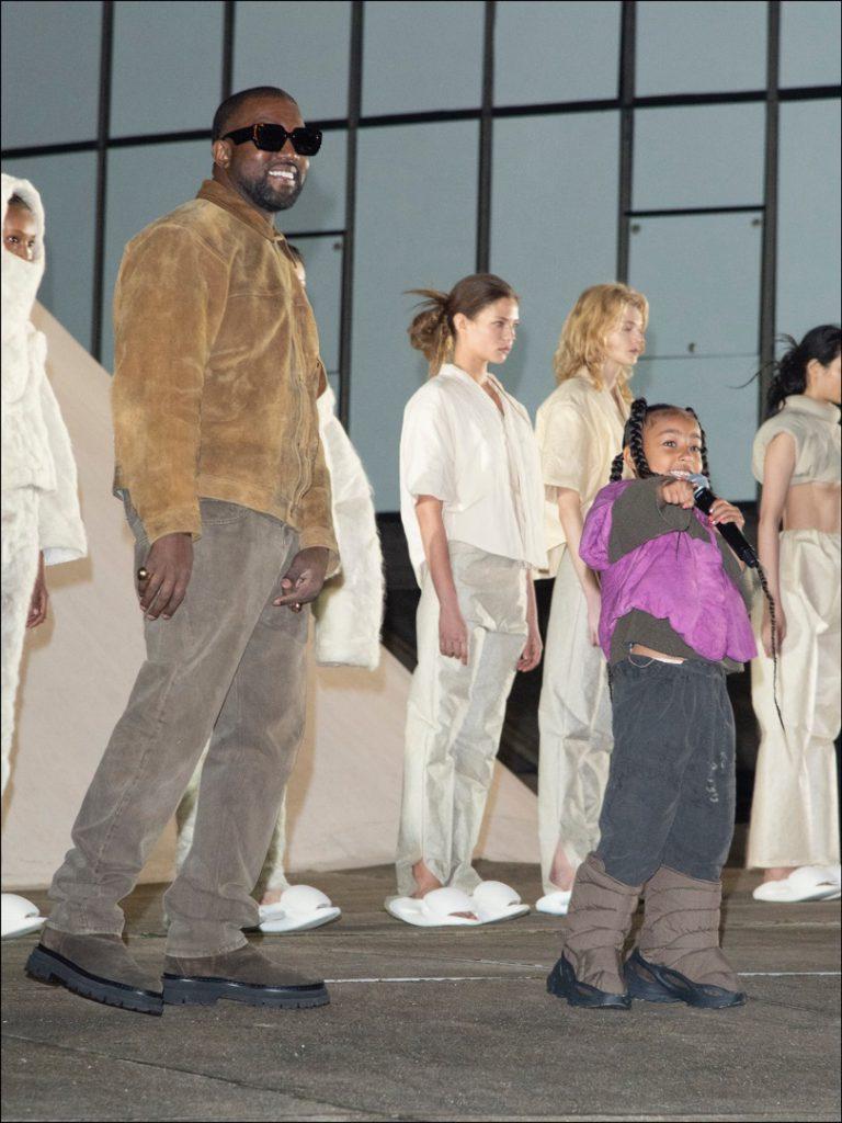Kanye West, feliz y orgulloso, junto a su hija North, que sorprendió a todos con sus habilidades para el rap.