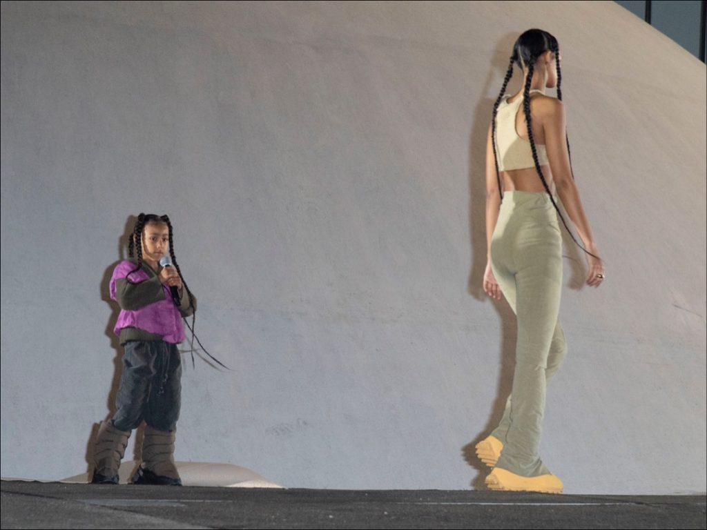 North West en el escenario, rapeó durante el desfile de presentación de la nuva colección de Yeezy, la marca deportiva de su papá, Kanye West.