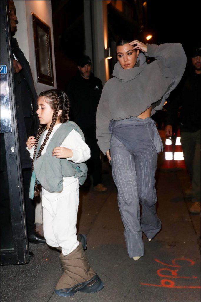 Kourtney Kardashian y Penelope Disick llegan al show de moda de Yeezy en París. Foto: