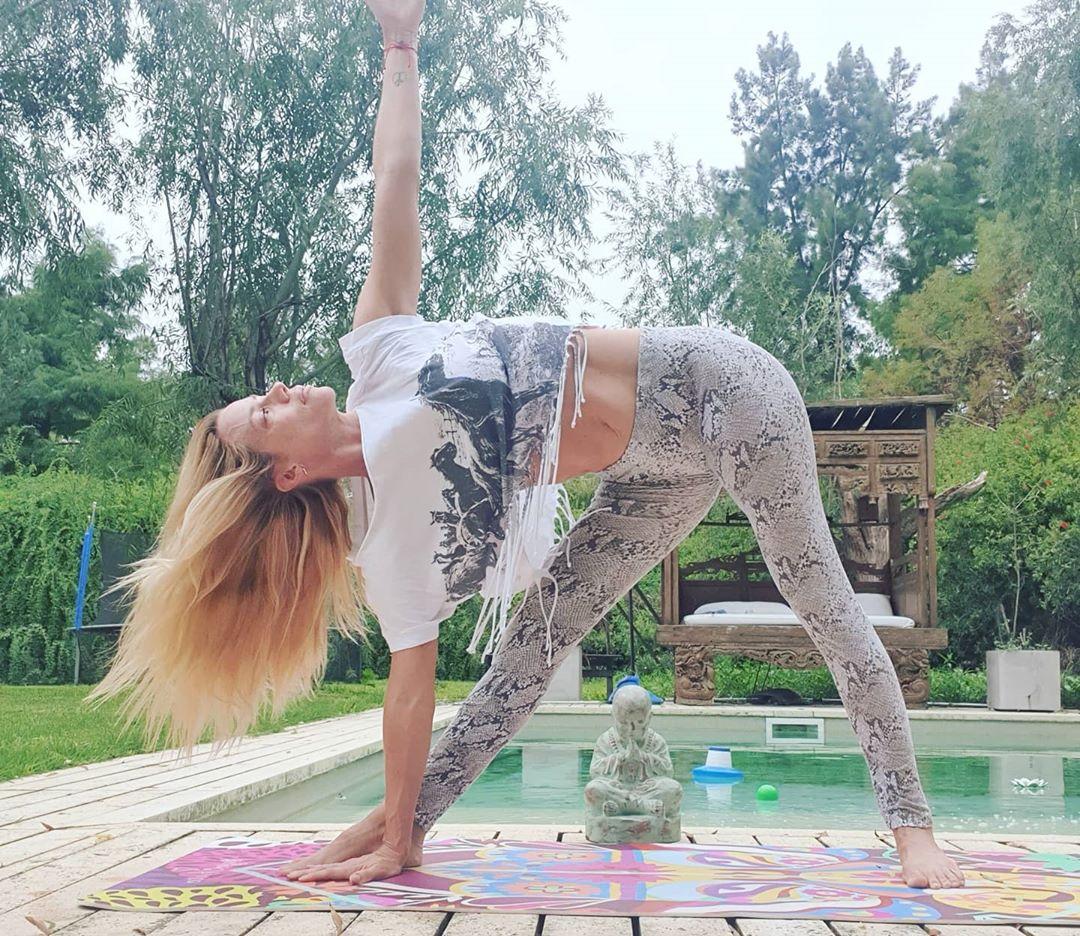 Los ejercicios de yoga de Nicole Neumann que vos podés hacer en casa (abdominales más fuertes y menos ansiedad)