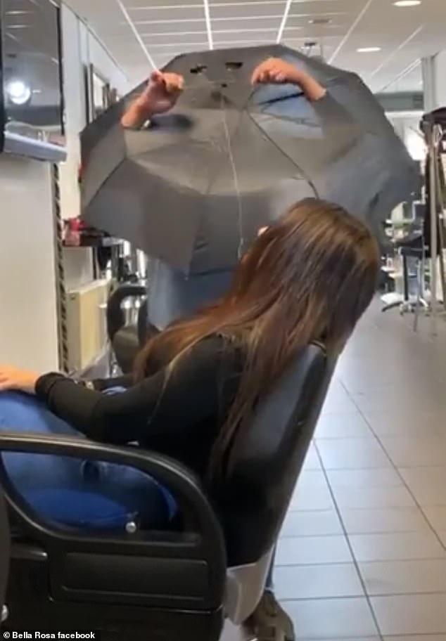 El ingenioso método de una peluquería en Holanda para cortar el pelo en tiempos de covid-19