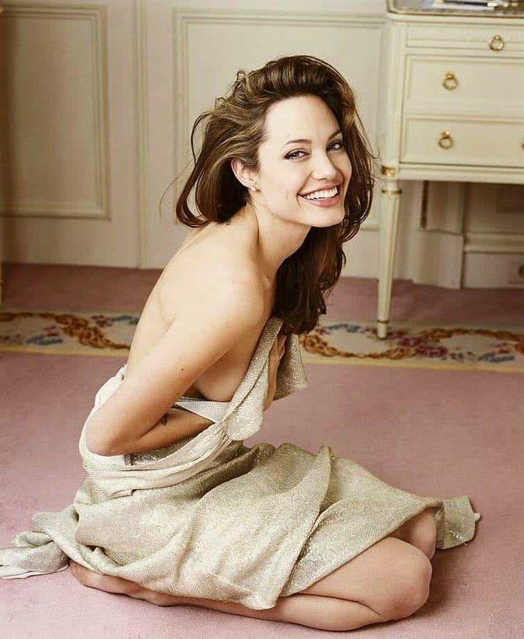 Mirá qué famosa (aburrida en cuarentena) le copió la pose hot a Angelina Jolie en la cama