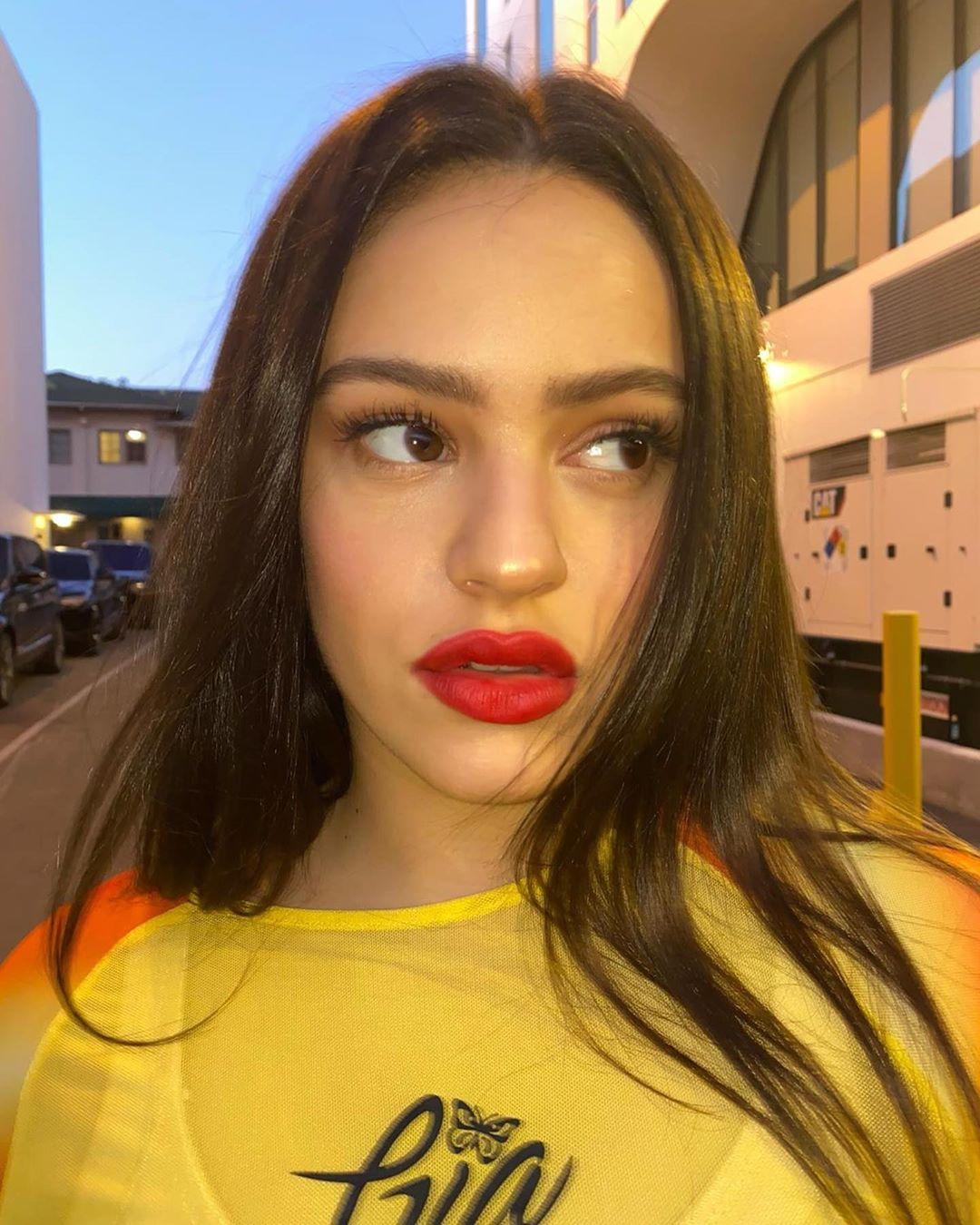 ¡Dispuesta a todo!: Rosalía se hizo tremendo cambio de look en cuarentena