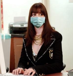 Anne Hathaway se pone el barbijo y vuelve a su personaje de El ...