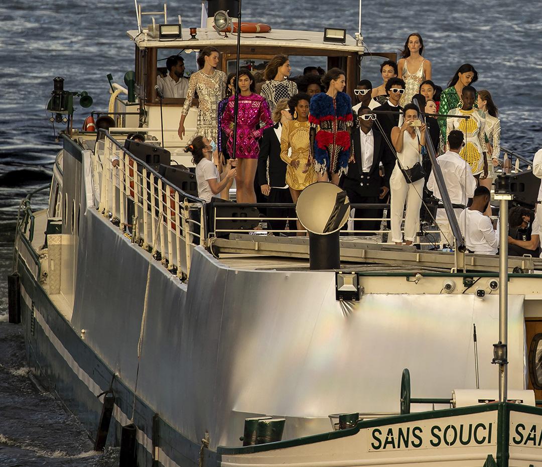 Balmain presentó su colección de Alta Costura a bordo de un barco sobre el río Sena