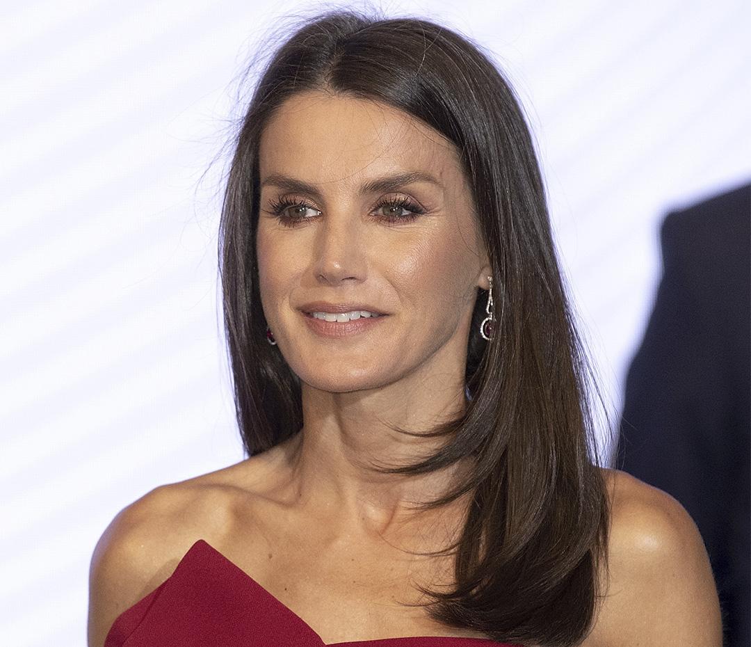 La reina de rojo: Letizia Ortiz repitió el vestido que usó en Buenos Aires junto a Juliana Awada