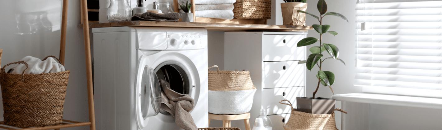 Máquina lava e seca na lavanderia de casa.