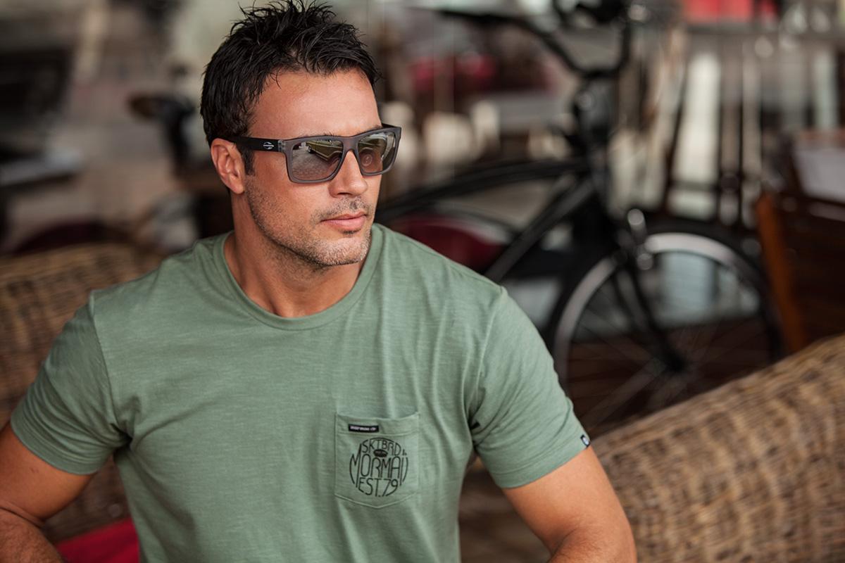 ... de San Diego (Califórnia), a linha masculina segue a tendência  streetwear e traz 15 opções de cores – com destaque para as mesclas entre  azul, marrom e ... 0628991a8c