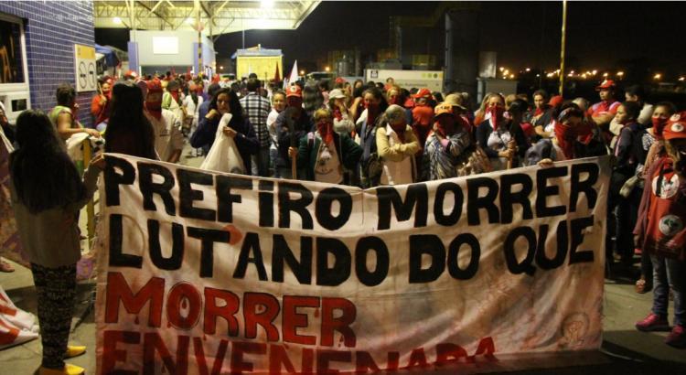 Mulheres ligadas ao MST ocupam pátio de empresa de fertilizantes em Porto Alegre