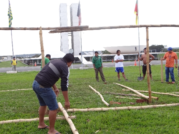 Índios Kaingang acampam na Esplanada dos Ministérios, em Brasília, e bloqueiam BR-285 no RS