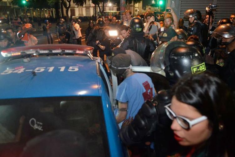 Com violência, PM contém protesto durante a final da Copa