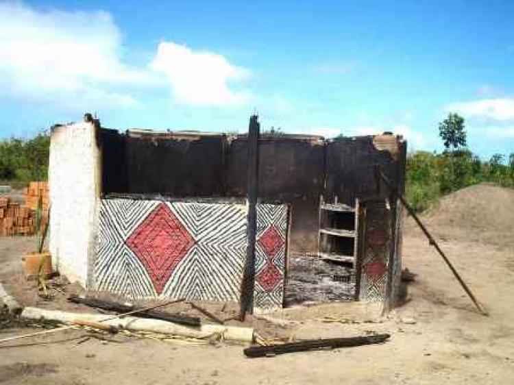 Depois de incêndio criminoso, aldeia Pataxó sofre com ataques diários e crianças passando as noites em caixas d'água
