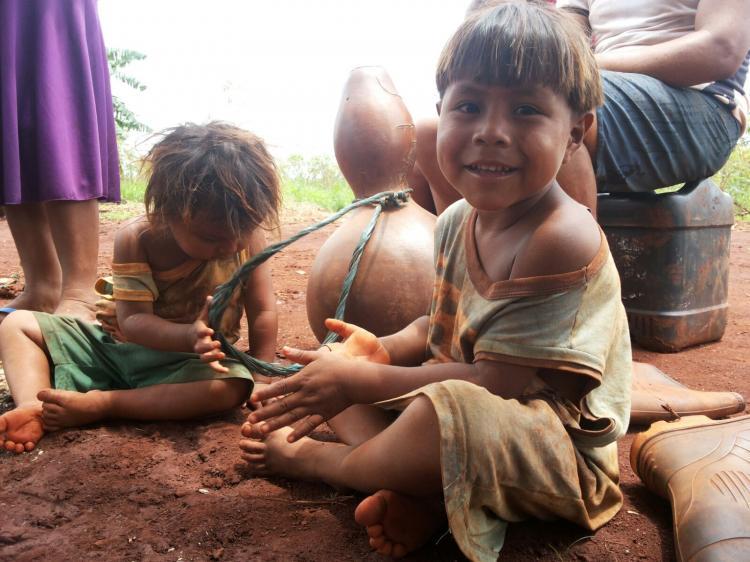 Crianças indígenas recebem doação de alimentos, roupas e brinquedos