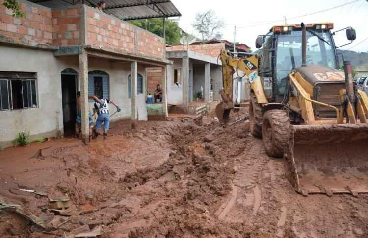 Moradores de Barra Longa sofrem com a poeira resultante da tragédia de Mariana