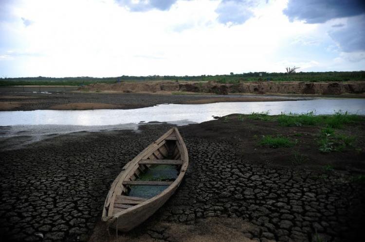 A tradicional indústria da seca permite que o sertanejo morra de sede com água no joelho
