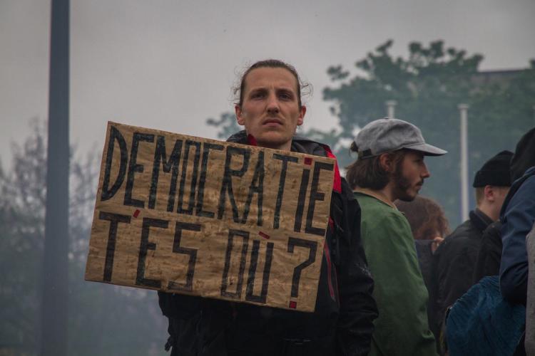 Por que os protestos na França não ganham atenção na mídia brasileira