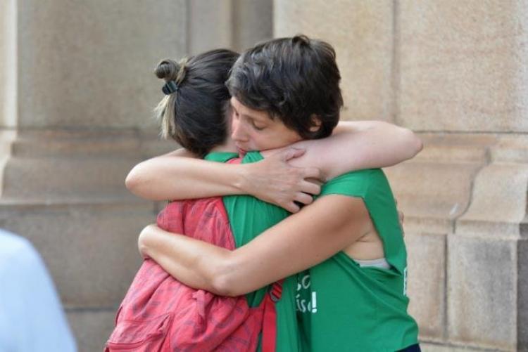RS – Clima de comoção toma conta de manifestantes na Praça da Matriz em Porto Alegre