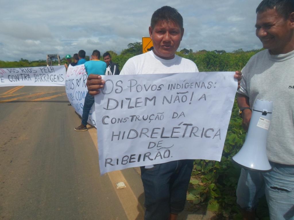 Povos indígenas, ribeirinhos e movimentos sociais fecham rodovia de RO