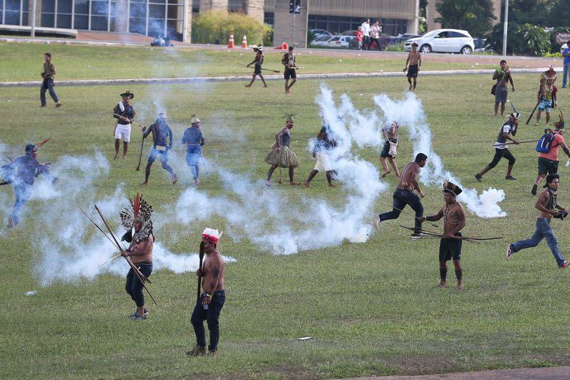 Três mil indígenas são reprimidos em Brasília
