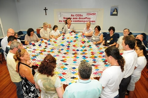 Imagem de capa: grupo em oração.
