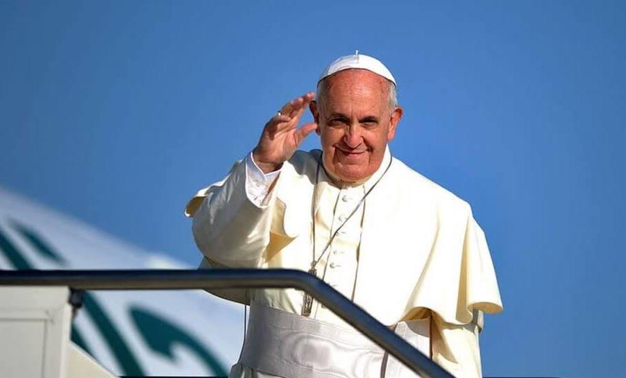 Foto de capa: Papa Francisco acena para fiéis