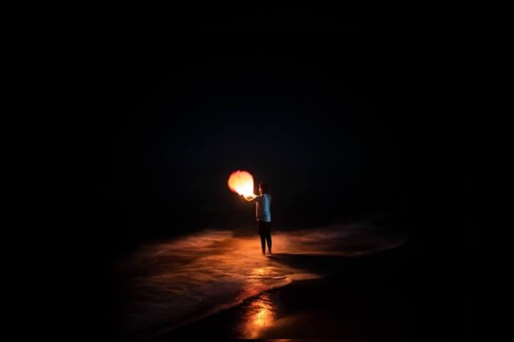 Em noite escura, seguir por outro caminho