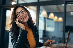 imagem de uma mulher sorrindo falando no telefone