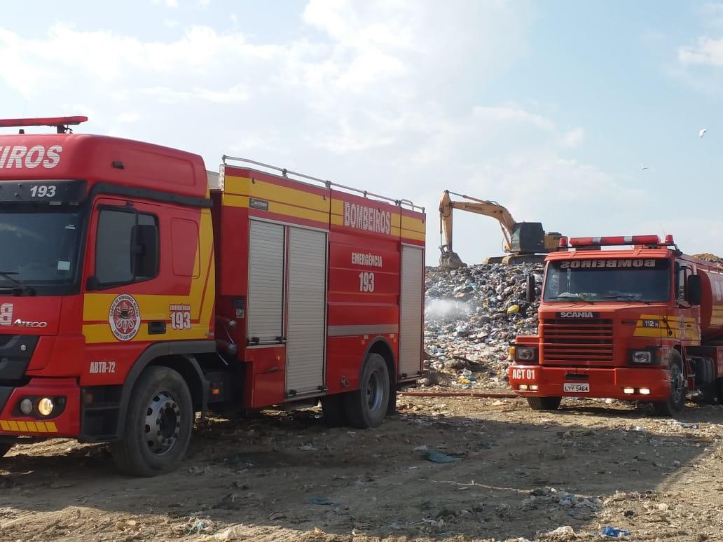 Em Içara, Corpo de Bombeiros combate incêndio em aterro sanitário