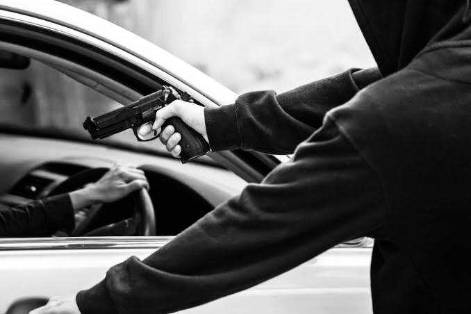 Assaltantes armados interceptam vítima na Via Rápida e roubam carro
