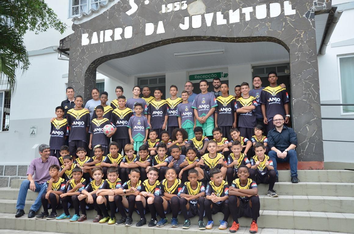 Crianças do Bairro da Juventude recebem uniformes do projeto Anjos do Futsal