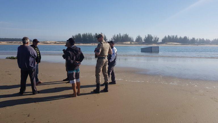 Caminhão é encontrado parcialmente submerso na Barra do Rio Araranguá