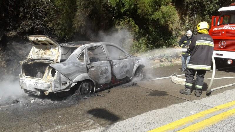 Motorista compra carro em revenda e veículo pega fogo