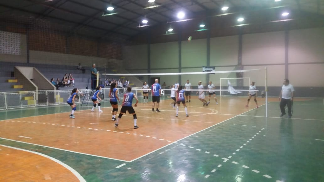 Carava e Caravaggio brigam pelo título de campeã do Campeonato Municipal de Voleibol