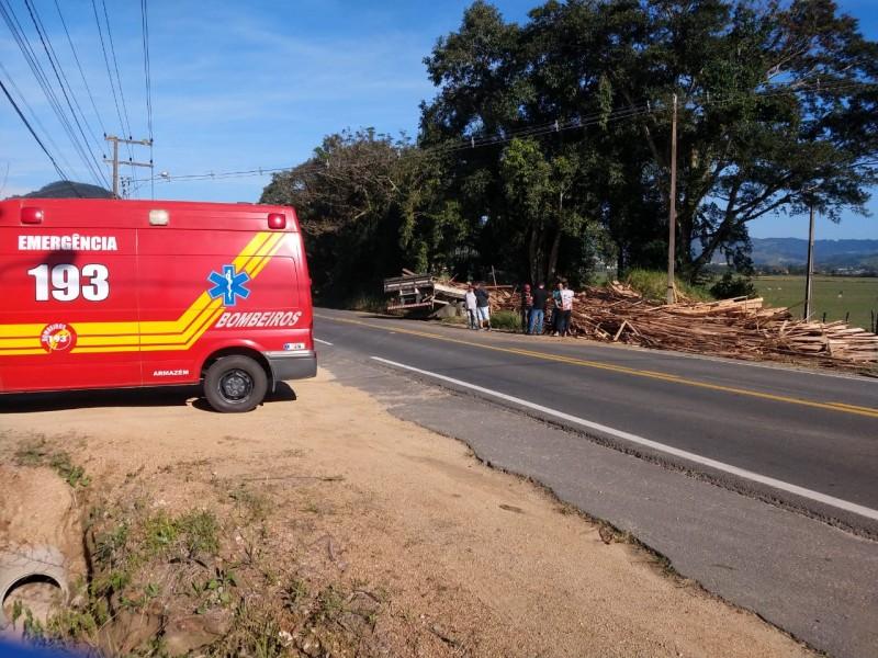 Caminhão carregado de madeira se envolve em acidente