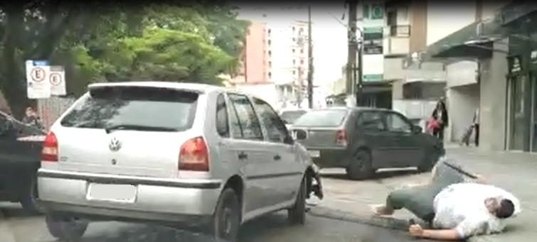Confusão após carro estacionado em cima de calçada viraliza