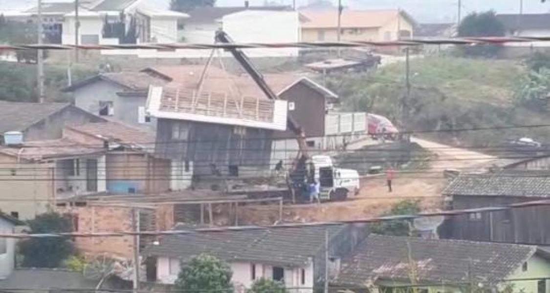 Casa cai de guindaste e atinge outra residência