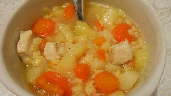Sopa de macarrão com batata e cenoura é a receita do dia