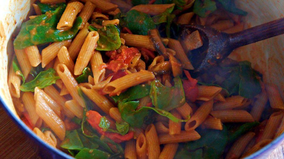 Receita de Penne Vegano com Molho de Tomate, Espinafre e Cogumelo