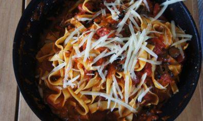 Receita-de-Espaguete-ao-Molho-de-Azeitona-Preta-e-Pimenta