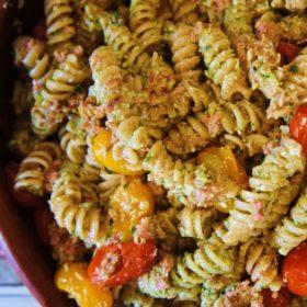 Receita de Salada de Massa com Pesto, Atum e Tomate Assado