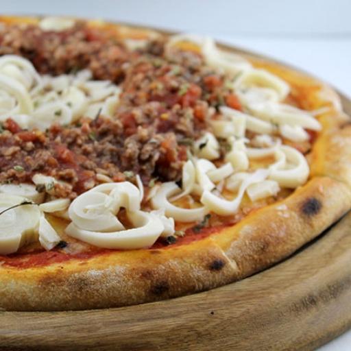 Pizza Média Bolonhesa + Borda + Entrega Grátis + Refri