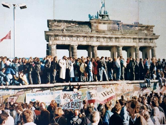 Momento da queda do Muro de Berlim.