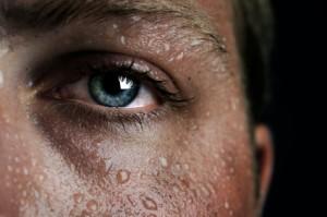 A água do suor impede que a temperatura corpórea se eleve muito.