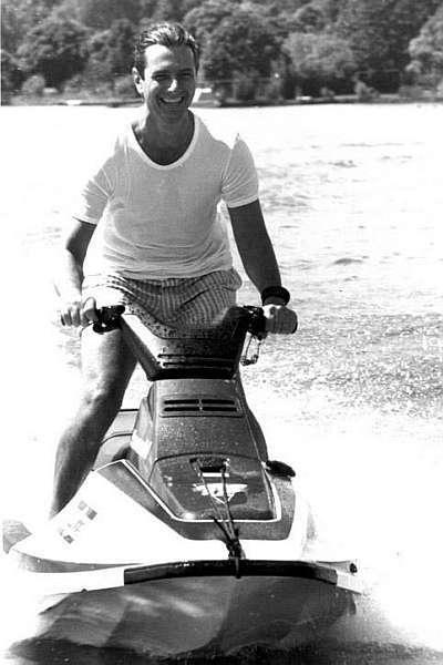 O jovem Collor andando de jet-ski