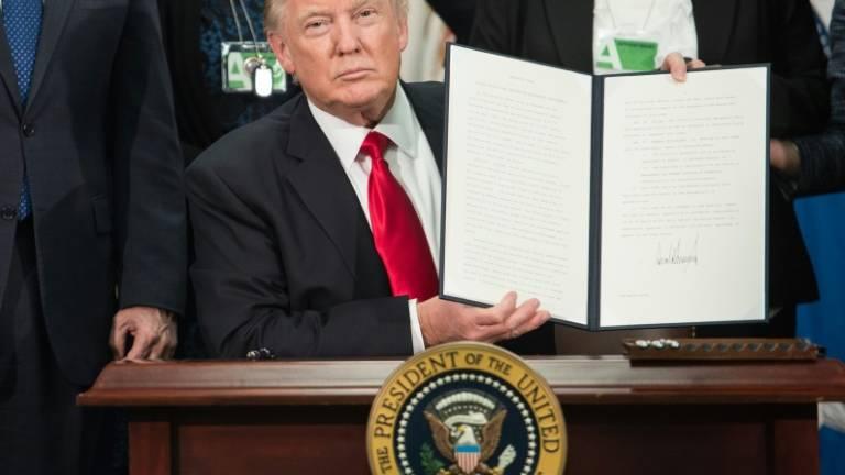 O presidente americano, Donald Trump, assina ordem executiva (Fonte: Istoé)