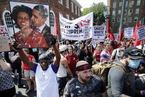 Antifacistas em Charlottesville