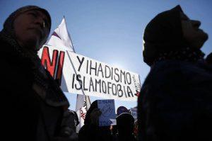 dos-mujeres-cerca-de-un-cartel-que-reza-ni-islamofobia-ni-yihadismo-durante-una-manifestacion-en-la-estacion-de-atocha-madrid-reuters