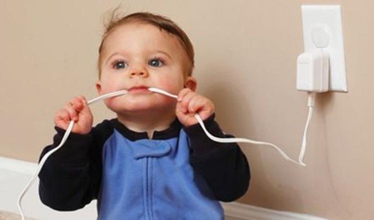 Dispositivo de uso obrigatório no Brasil evita choques elétricos em crianças. Porém, não é utilizado na maioria das residências