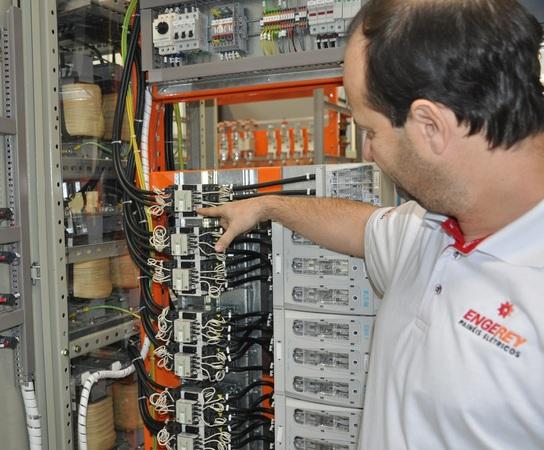 Banco de capacitores é a aposta certa para indústria reduzir o consumo de energia, combater o desperdício e se livrar das pesadas multas